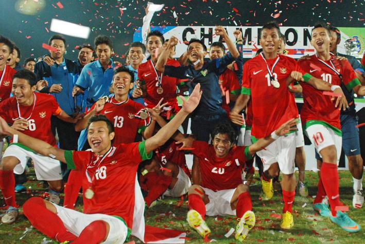 Sejumlah pesepak bola tim nasional Indonesia, melakukan selebrasi usai mengalahkan timnas Vietnam dalam pertandingan babak final AFF U-19 Championship 2013 di Gelora Delta Sidoarjo, Jatim, Minggu (22/9) malam.